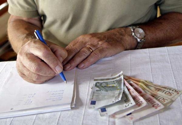 Arbeitnehmer sollten jetzt schon neben der gesetzlichen Rente auch privat fürs Alter vorsorgen.