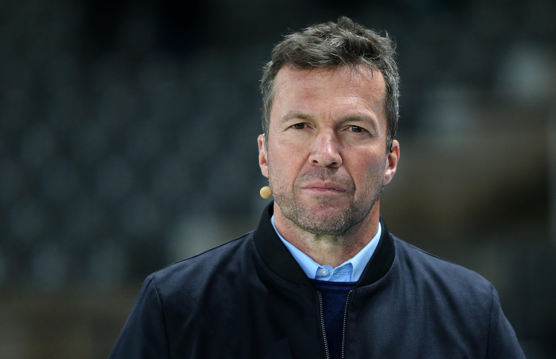 Tobias Stieler schickte Alassane Pléa vom Platz: Fans wüten über die strenge Regelauslegung.