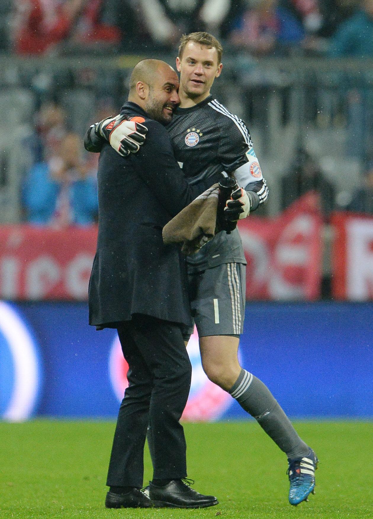 Pep Guardiola und Manuel Neuer (r.).