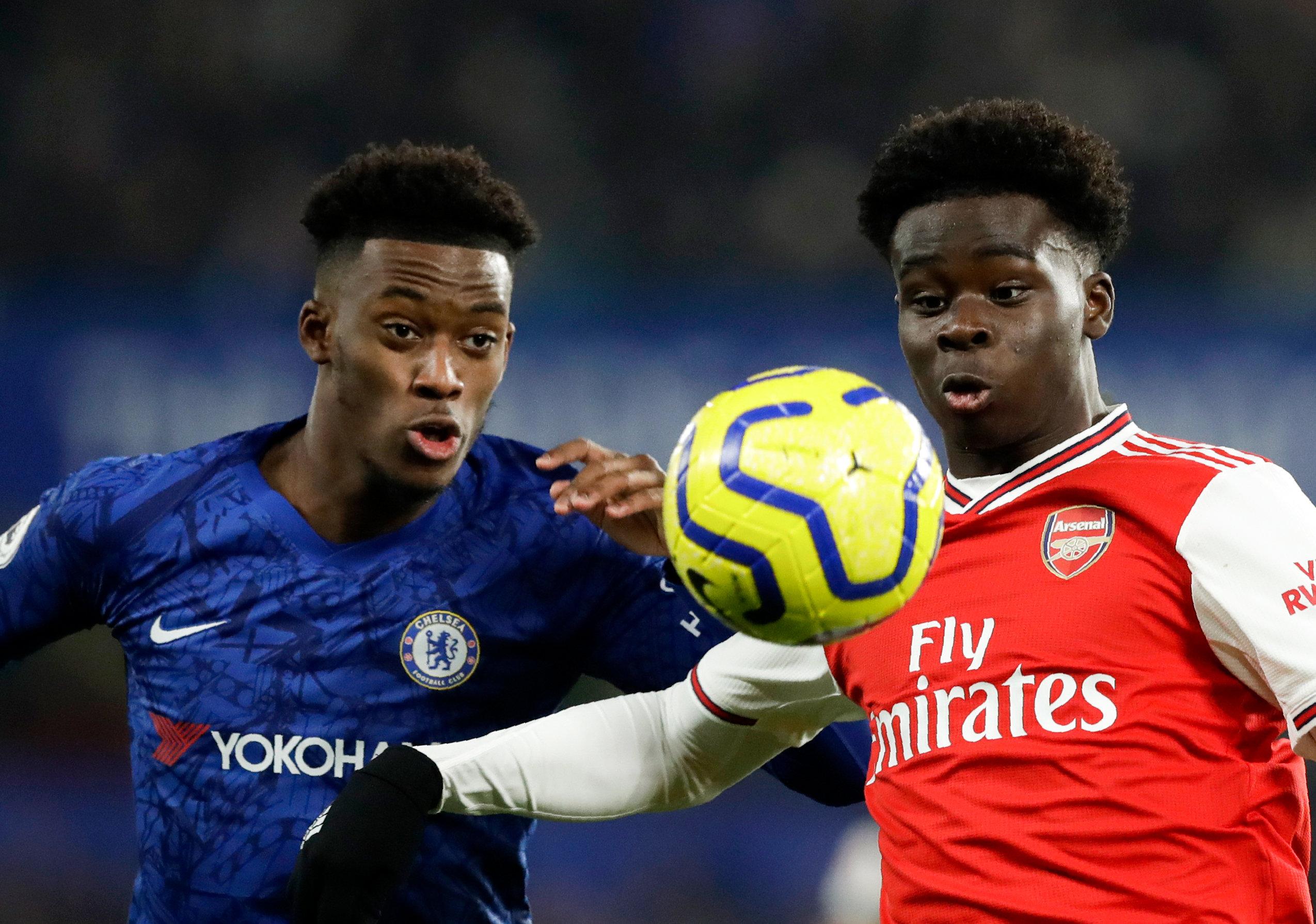 Callum Hudson-Odoi (l) von Chelsea und Bukayo Saka von Arsenal kämpfen um den Ball.