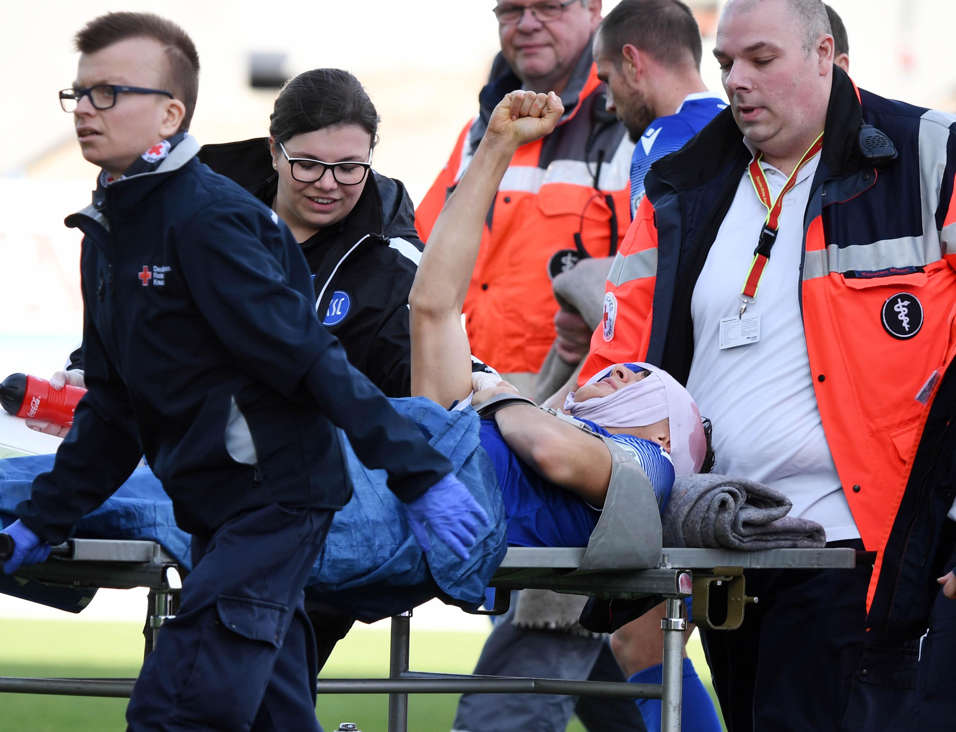 Schwer verletzt: Dirk Carlson beim Spiel KSC gegen Osnabrück.