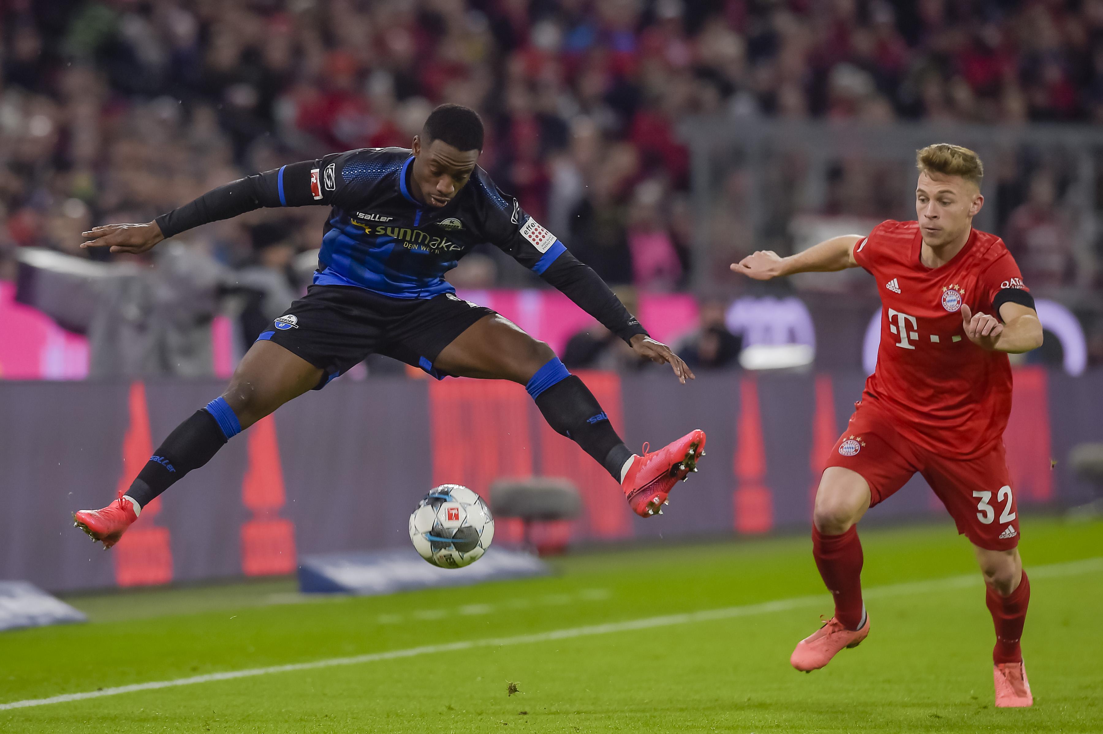 Eng am Mann: Joshua Kimmich (re.) für den FC Bayern gegen Paderborn.