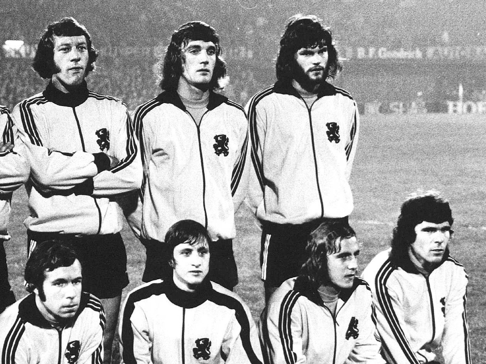 Barry Hulshoff (oben rechts) war Nationalspieler der Niederlande und Vorstopper in der legendären Ajax-Zeit unter Trainer Rinus Michels.