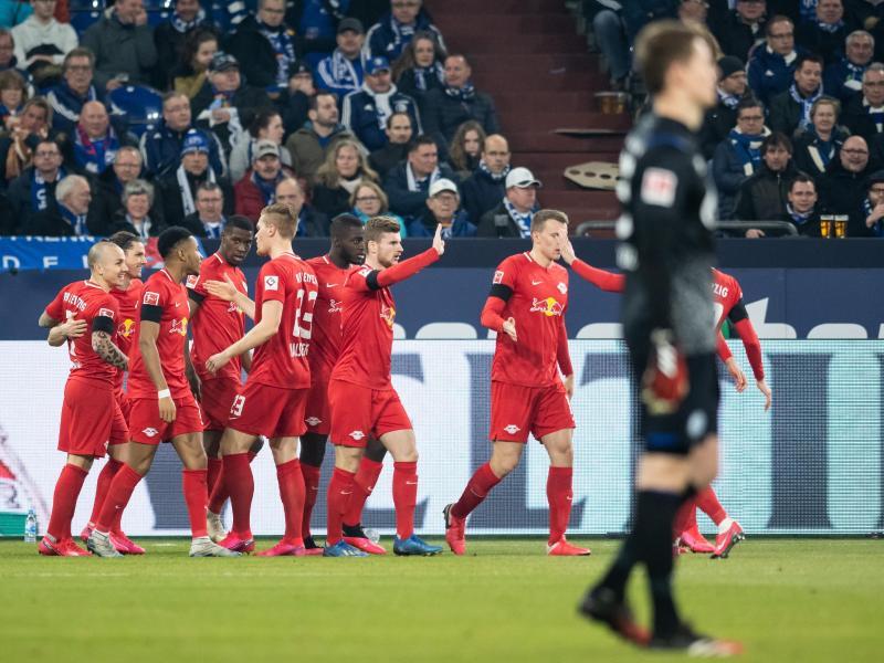 Schalke-Torwart Alexander Nübel machte beim klaren Sieg von RB Leipzig keine gute Figur. Foto: Bernd Thissen/dpa