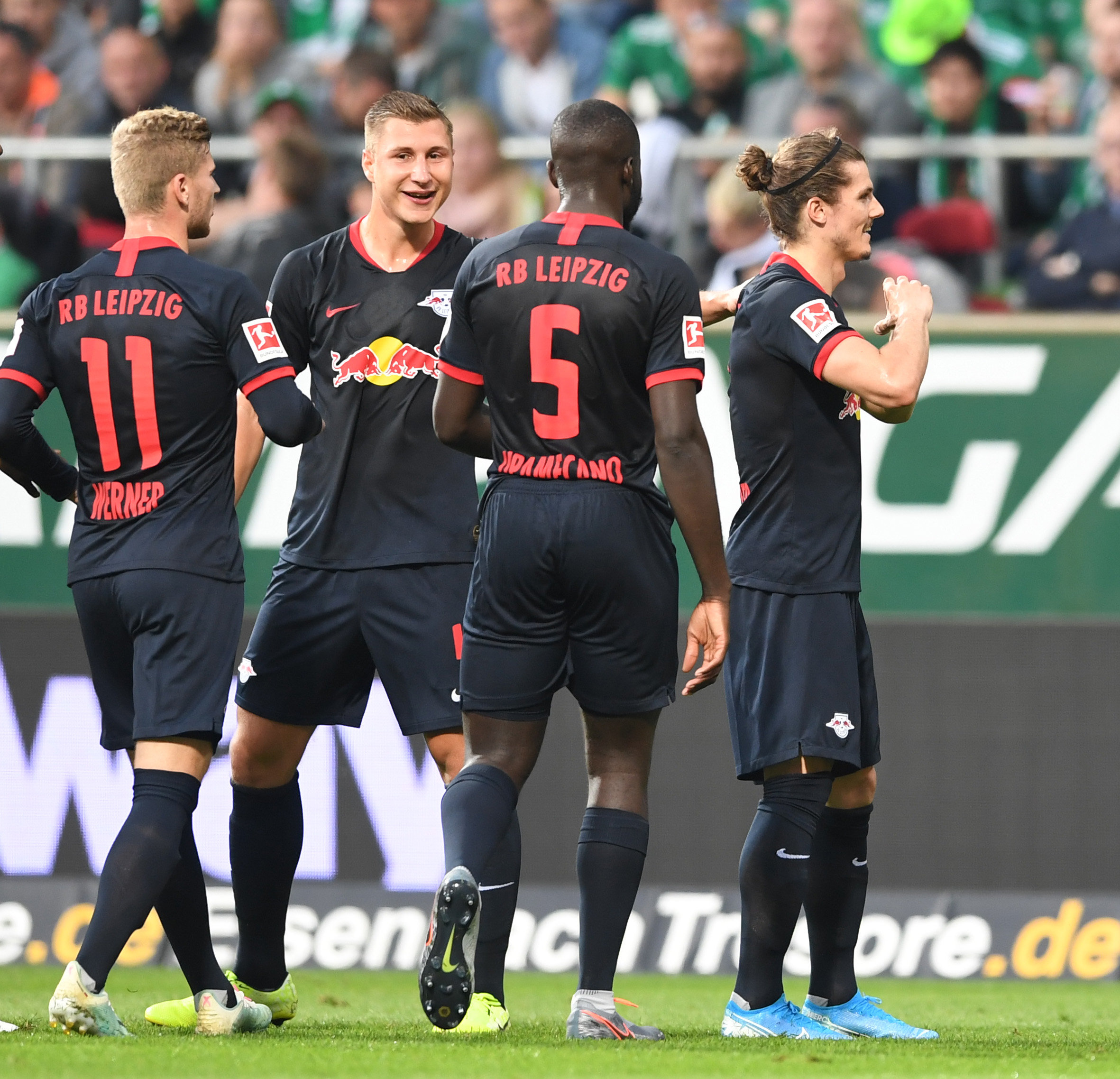 Immer eng am Mann: Dayot Upamecano (Mi.) von RB Leipzig, hier gegen Bayerns Robert Lewandowski. Die Münchner sollen sich für den Innenverteidiger interessieren.