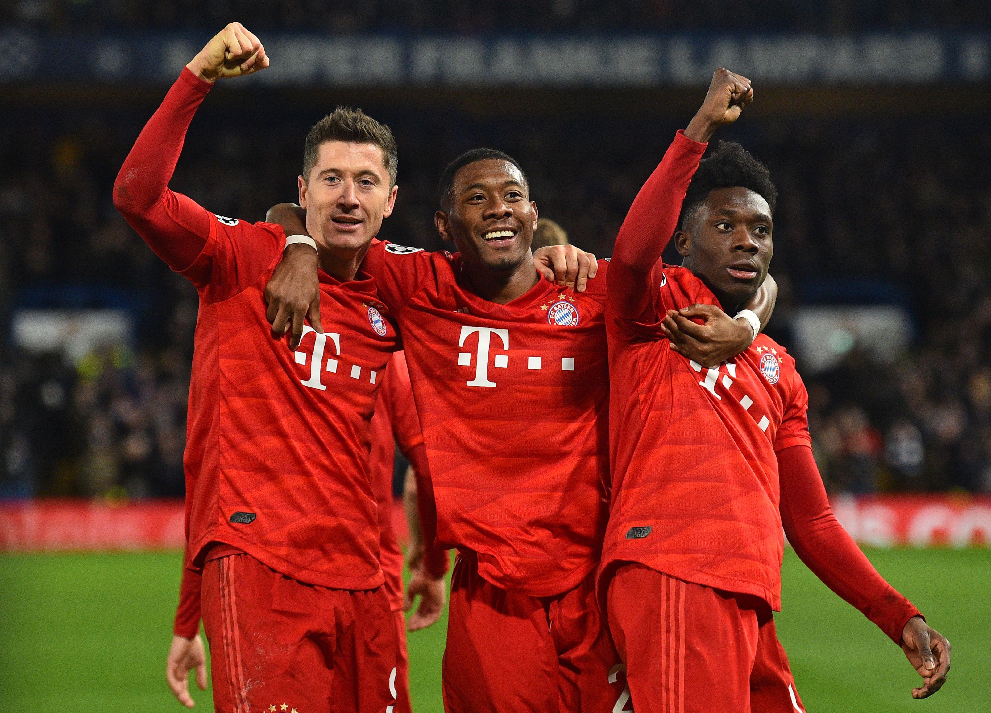 DerFC Bayern bindet Leistungsträger Alphonso Davies (r.) langfristig.