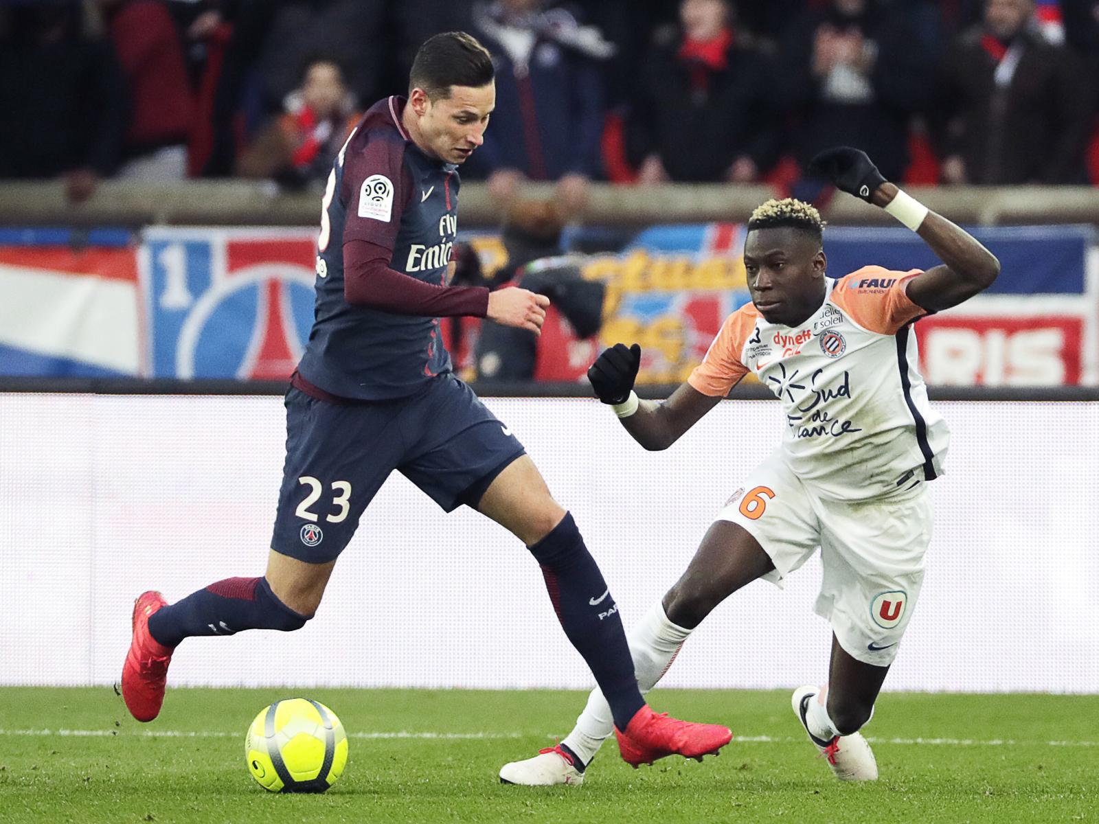 Montpelliers Junior Sambia (r.) im Duell mit PSG-Star Julian Draxler.