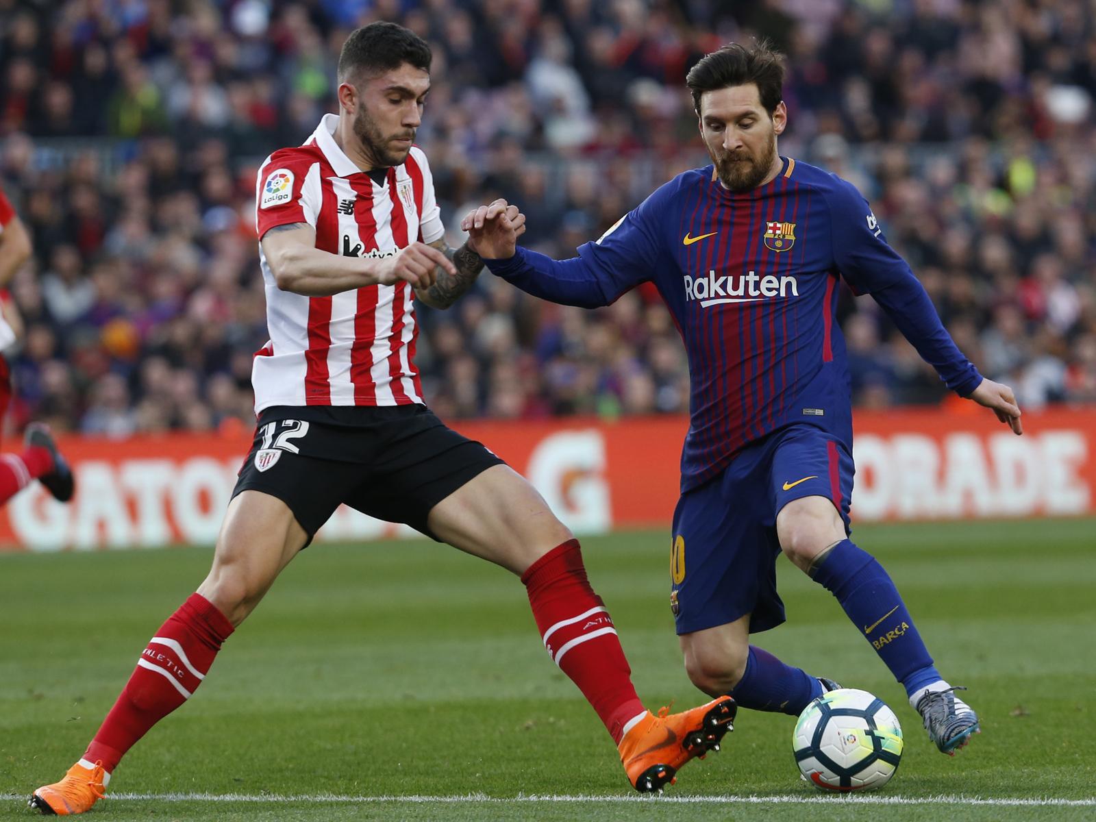 Unai Nunez (l.) im Duell mit Lionel Messi.