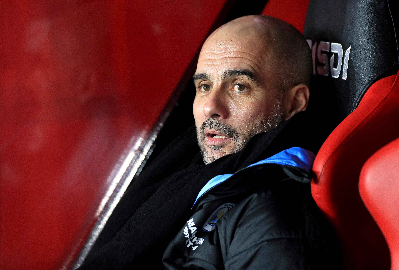 Pep Guardiola sitzt bei Manchester City auf der Trainerbank.