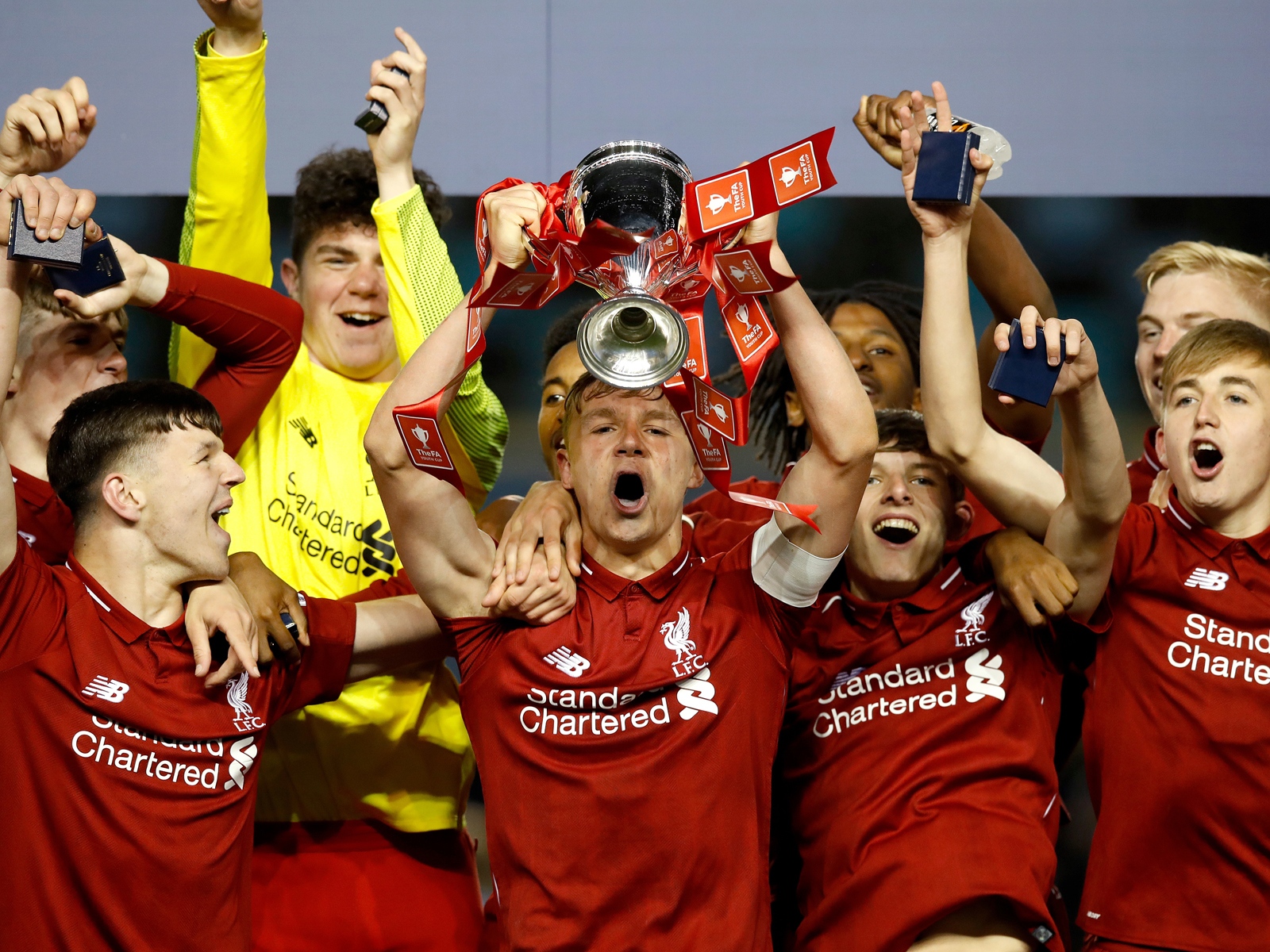 FA-Youth-Cup-Finale: Liverpools U18-Kapitän Paul Glatzelstemmt den Pott in die Höhe.