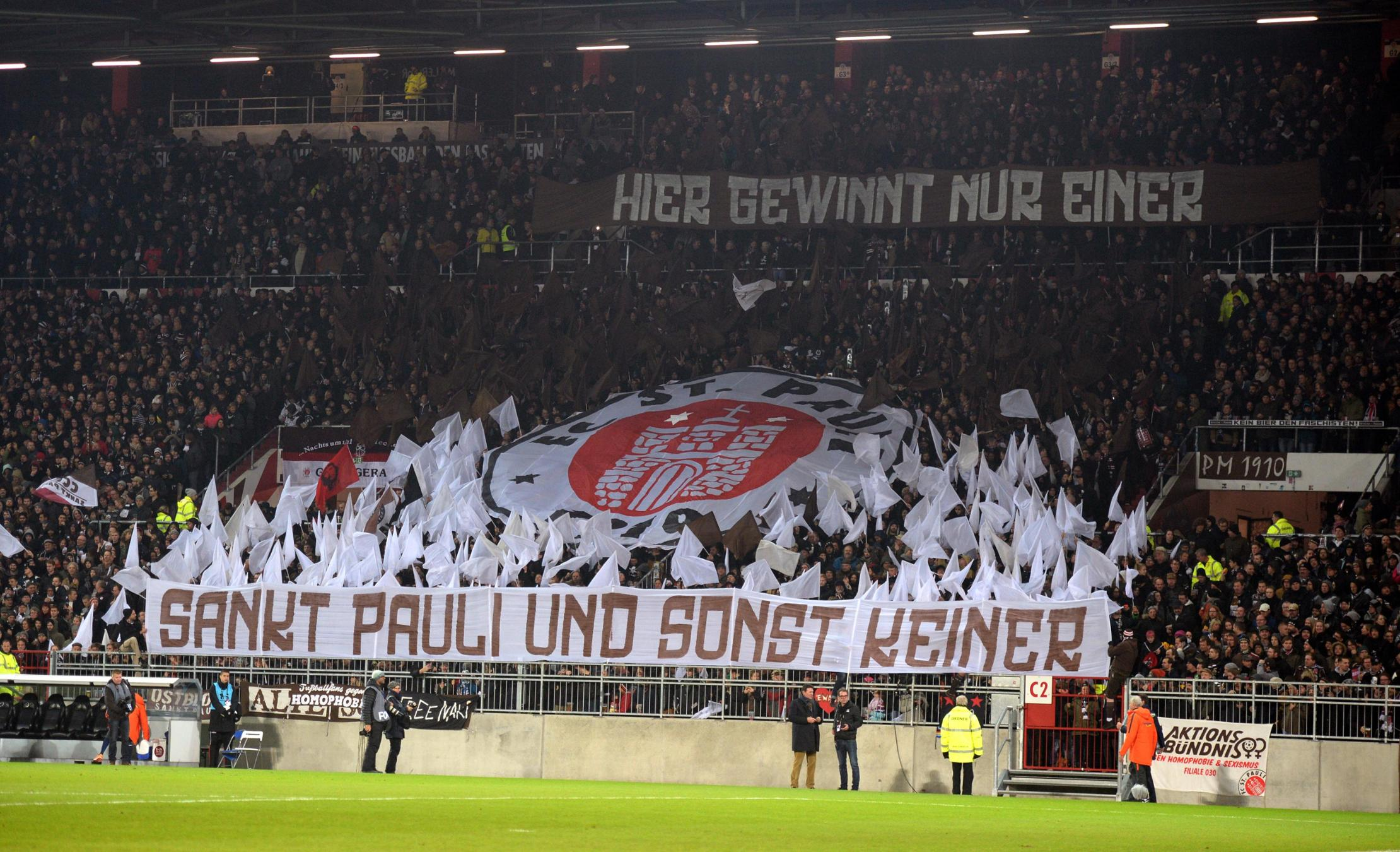 Die Ultràs des FC Sankt Paulis stehen zu ihrem Klub - und sorgen sich um die Zukunft des Hamburger Fußballvereins von der Reeperbahn.© Daniel Reinhardt/picure alliance