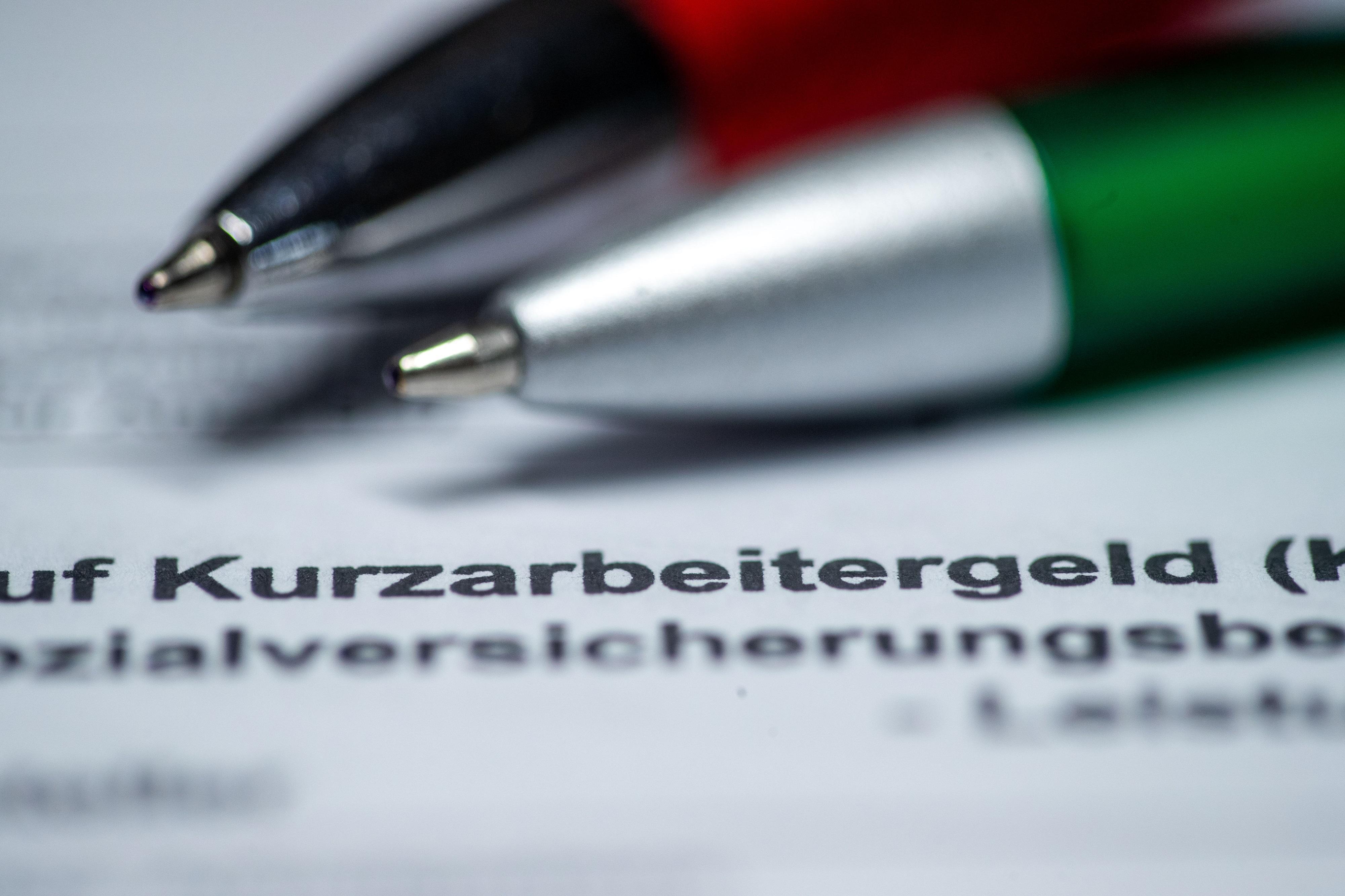 Mehr als zehn Millionen Menschen in Deutschland bekommen in der Coronakrise Kurzarbeitergeld.