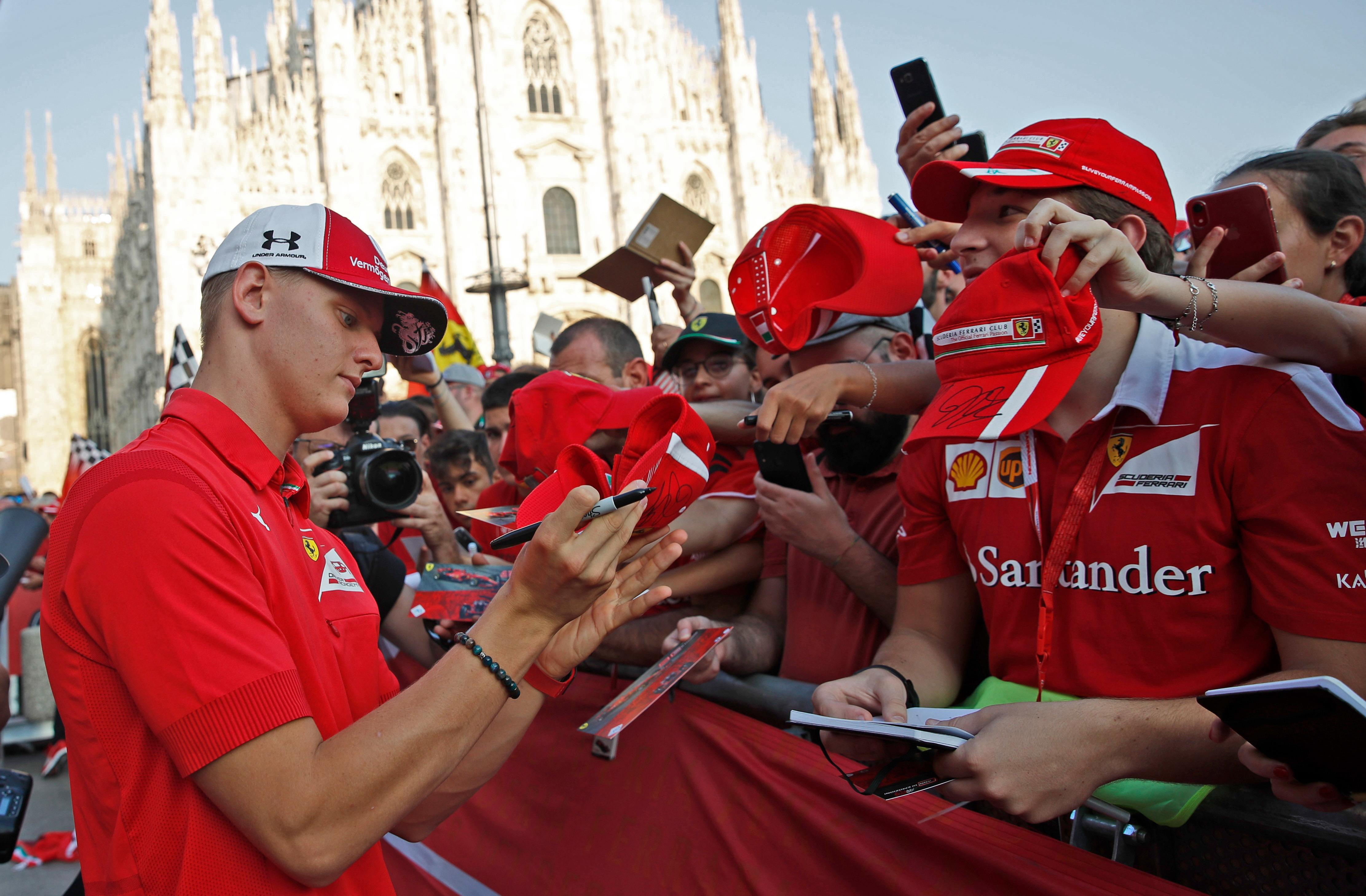 Von den Tifosi gefeiert: Mick Schumacher bei einem Ferrari-Event in Mailand im September 2019.