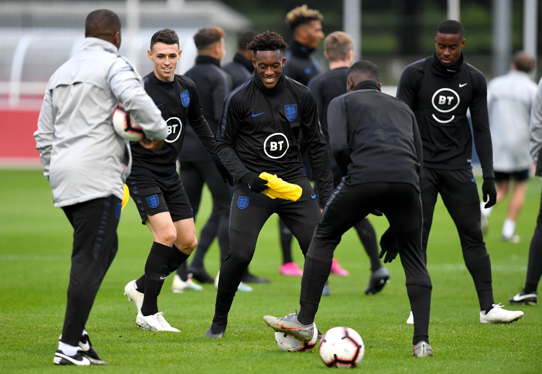Callum Hudson-Odoi (mitte) beim Training mit der englischen U21-Nationalmannschaft.