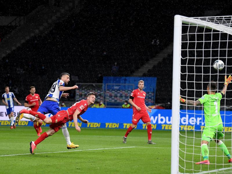 Herthas Sturm-Routinier Vedad Ibisevic (l) erzielte per Kopf das Tor zum 1:0. Foto: Stuart Franklin/Getty Images Europe/Pool/dpa