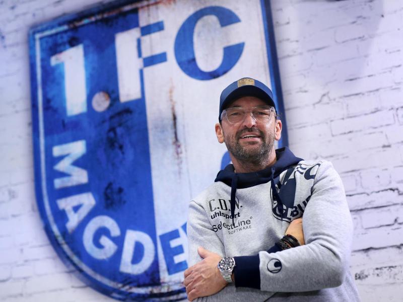 Der 1. FC Magdeburg von Trainer Claus-Dieter Wollitz hat beim DFB eine Spielverlegung beantragt. Foto: Ronny Hartmann/zb/dpa
