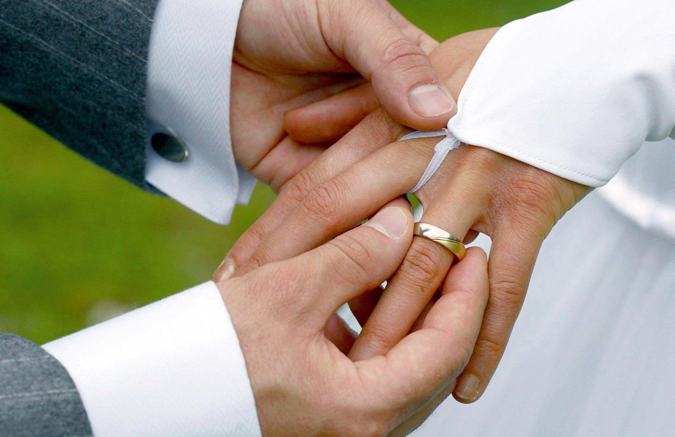 Wer geheiratet hat, sollte sich darüberGedanken machen, inwiefern ein Testament Sinn macht.