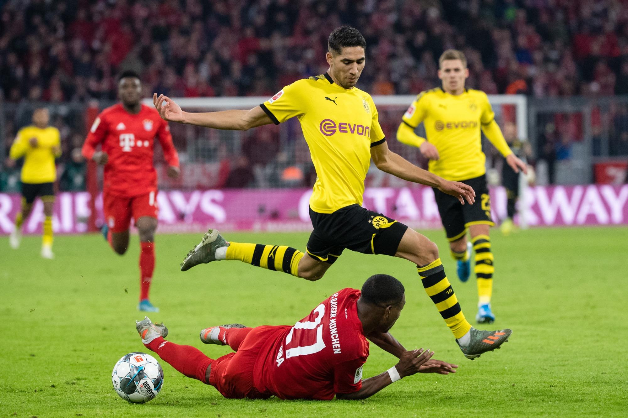 Der FC Bayern München bietet BVB-Leihspieler Achraf Hakimi (M.) offenbar ein fürstliches Jahresgehalt.