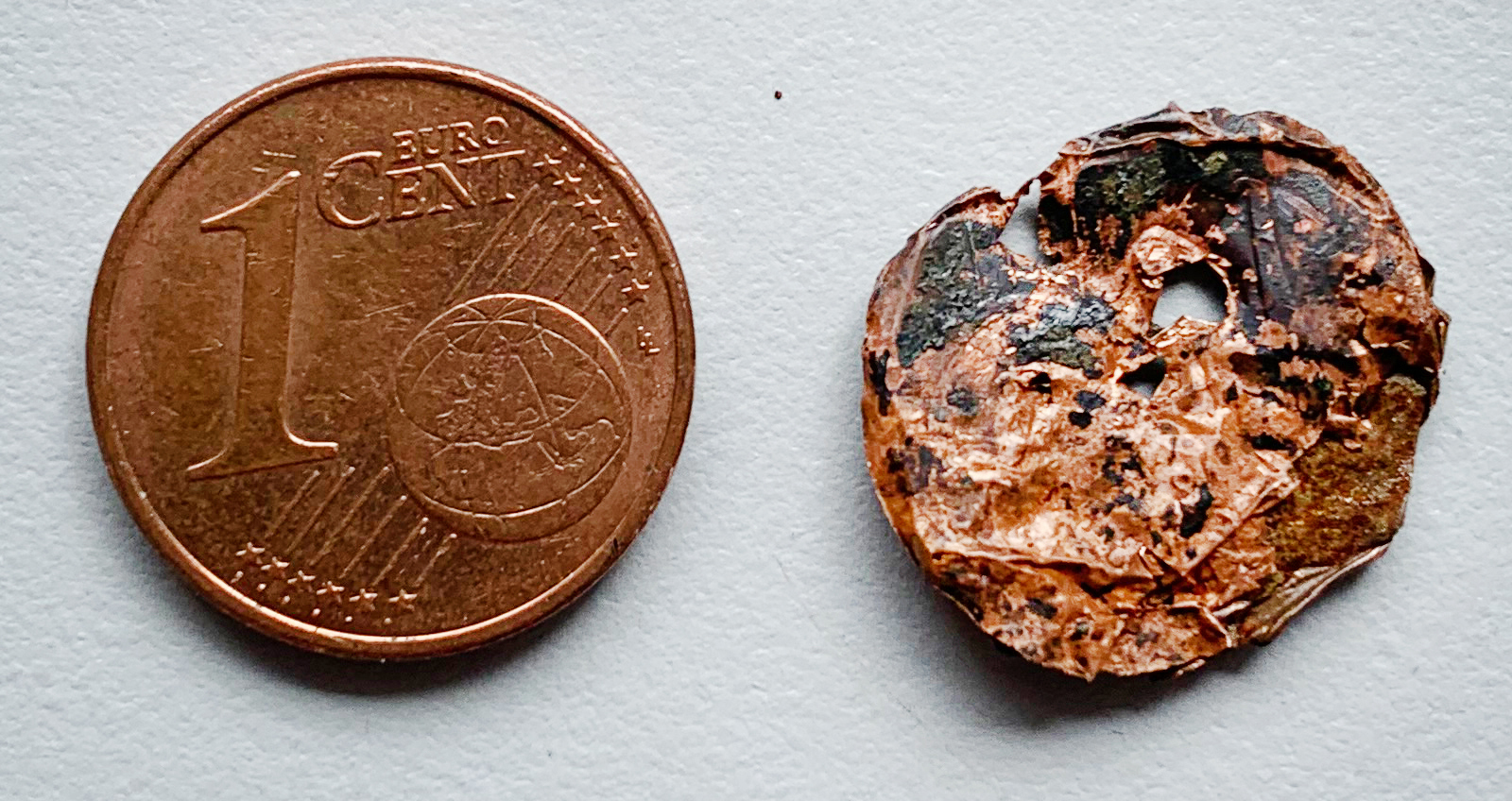 Ärzte entfernten die verschluckte Münze (rechts)aus der Lunge. Das Bild zeigt, wie zersetzt das Geldstück bereits war.