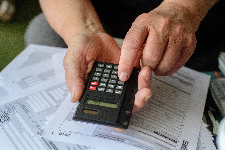 Wer die Steuererklärung abgeben muss, sollte die Frist einhalten.