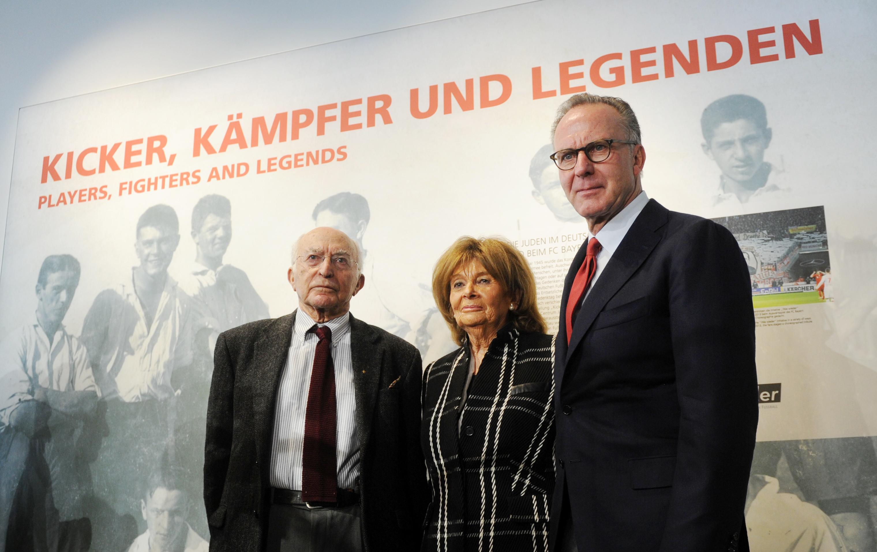 Uri Siegel, Charlotte Knobloch und Karl-Heinz Rummenigge (v.l.) besuchen 2015 dieAusstellungseröffnung