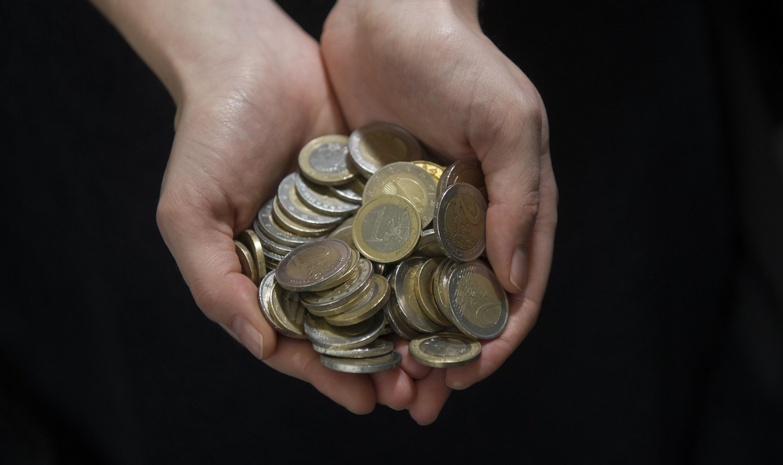 Der Zwei-Hände-Trick soll beim Geldsparen helfen. (Symbolbild)