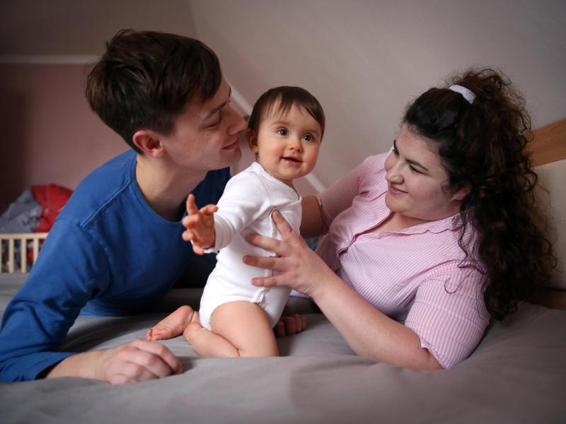 Kümmern sich Eltern nach der Geburt um ihr Kind, geht das meist mit Einkommenseinbußen einher. Das Elterngeld gleicht diese aus. Foto: Mascha Brichta/dpa-tmn