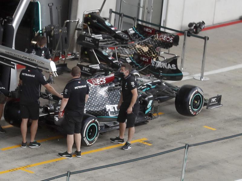 Mercedes-Techniker arbeiten in Spielberg am Auto von Lewis Hamilton. Foto: Darko Bandic/AP/dpa