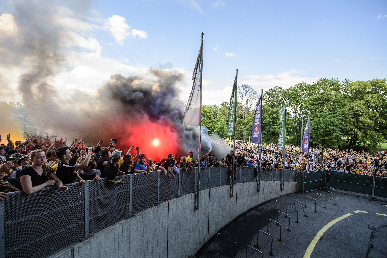 Beim letzten Saisonspiel der Zweiten Bundesliga feiern Fans von Dynamo Dresden ihre Mannschaft - trotz Abstieg.