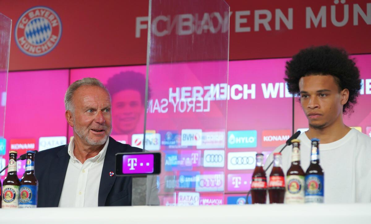 Leroy Sané (r.) wurde am Donnerstag beim FC Bayern vorgestellt.