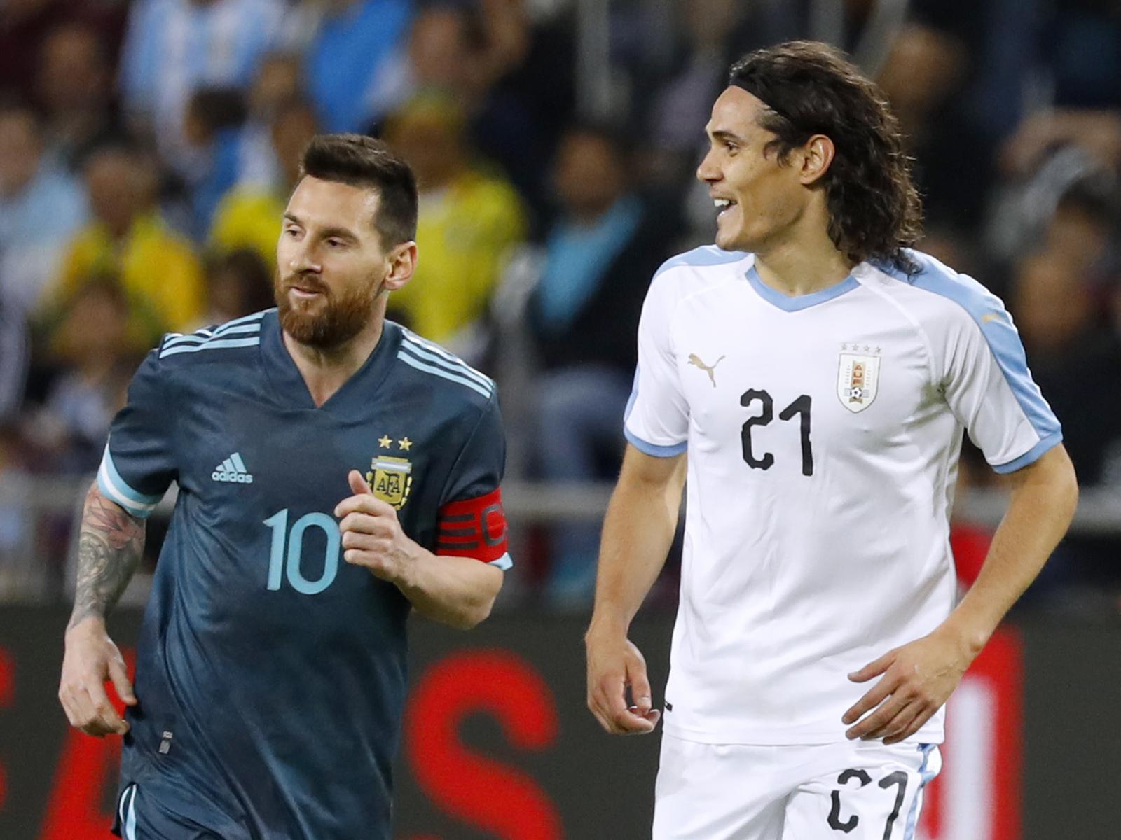 Lionel Messi (l.) und Edinson Cavani in einem Freundschaftsspiel zwischen Argentinien und Uruguay.