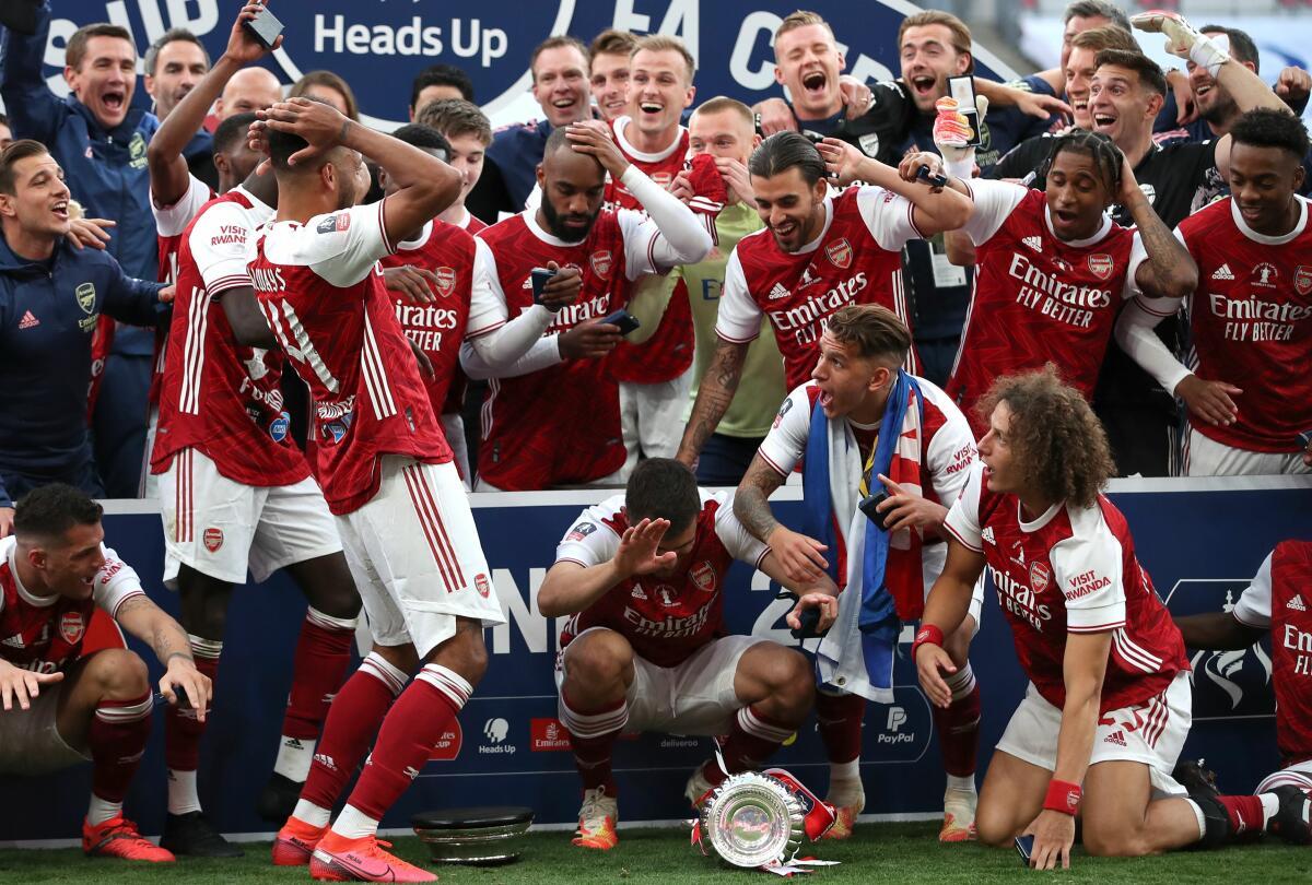 Die Spieler des FC Arsenal reagieren auf Aubameyangs Missgeschick.