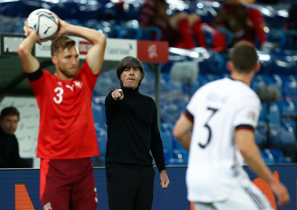 Joachim Löw, Bundestrainer von Deutschland, gibt während des Spiels Anweisungen.