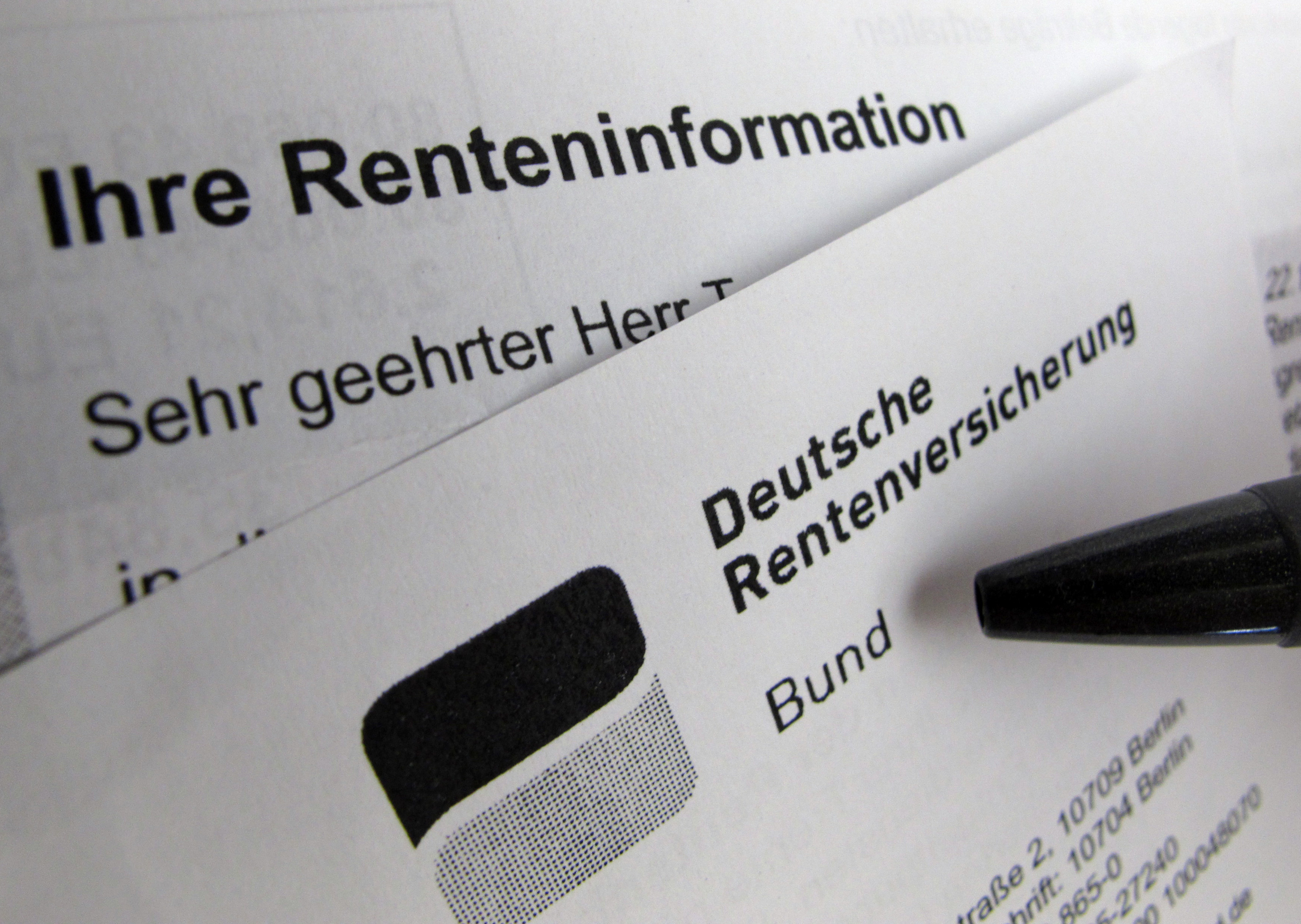 Die Deutsche Rentenversicherung rät Berufsanfängern, die Daten auf dem Sozialversicherungsausweis zu kontrollieren.