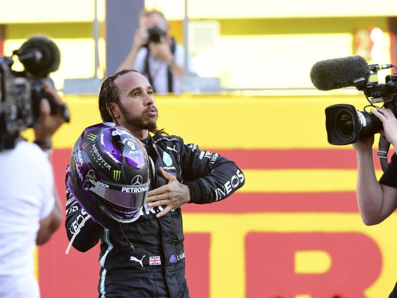 Lewis Hamilton (M) freut sich nach dem chaotischen Rennen in Mugello über seinen Sieg. Foto: Jennifer Lorenzini/Pool Reuters/AP/dpa