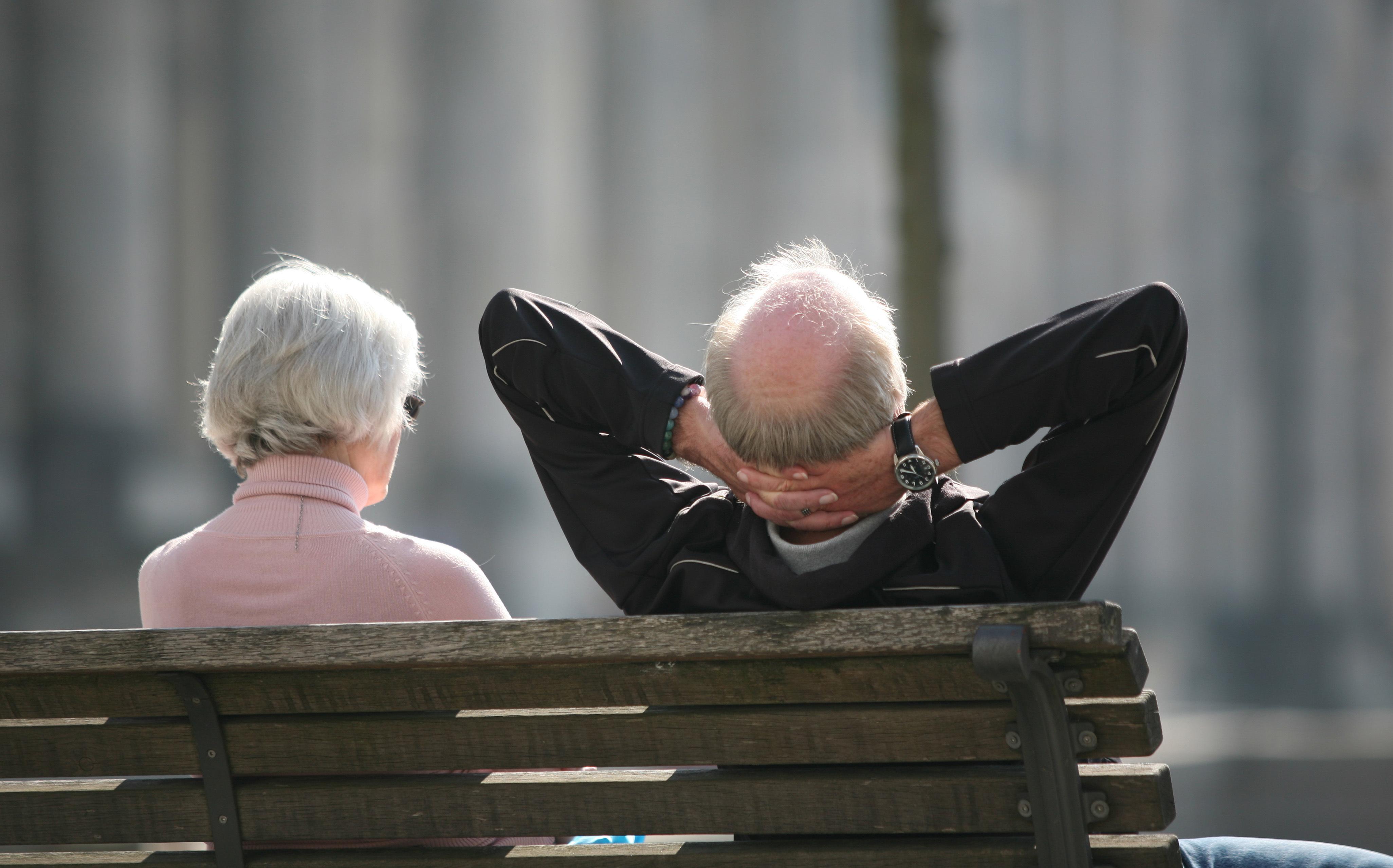 Ein älteres Paar geniest die Sonne