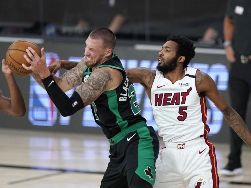 Daniel Theis von den Boston Celtics (l) und Derrick Jones Jr. von den Miami Heat kämpfen um den Ball. Foto: Mark J. Terrill/AP/dpa