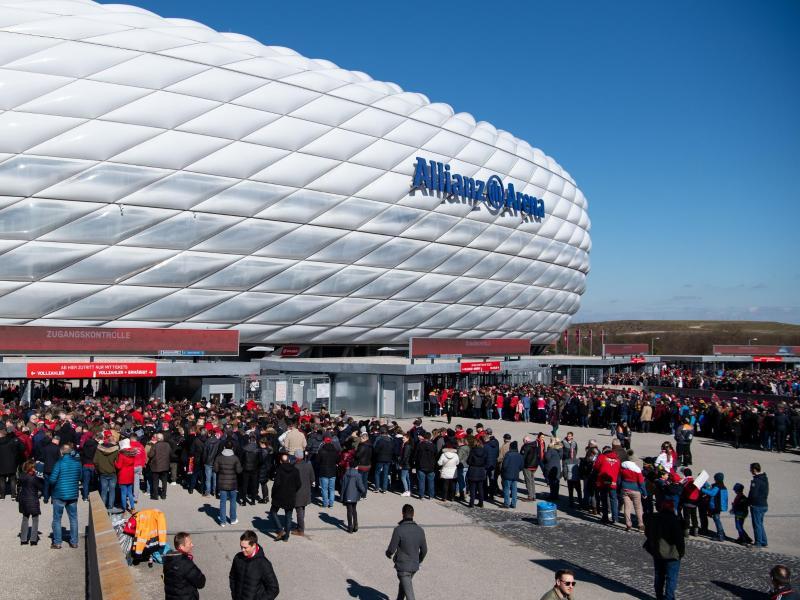 Der FC Bayern München rechnet für das Eröffnungsspiel gegen Schalke mit bis zu 15.000 Zuschauern in der Allianz Arena. Foto: Sven Hoppe/dpa