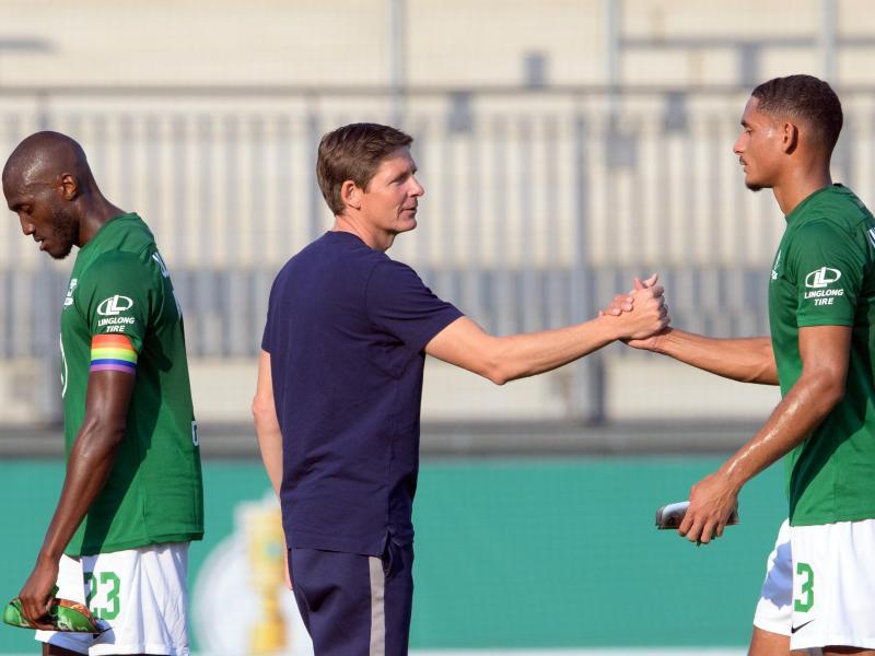 Trainer Oliver Glasner (M.), Maxence Lacroix (r) und Josuha Guilavogui starten mit dem VfL Wolfsburg in den Europapokal. Foto: Soeren Stache/dpa-Zentralbild/dpa