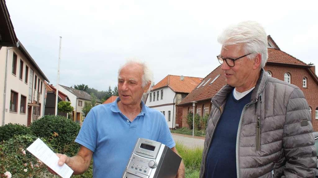 Harald Gabriel (l.) zeigt Bürgermeister Ralf Goebel den Zettel, den es vor einer Reparatur auszufüllen gilt.
