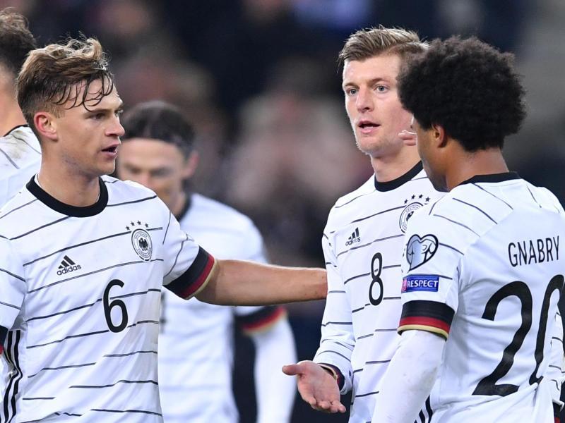Stehen vor runden Jubiläen im DFB-Team: Joshua Kimmich (l)und Toni Kroos (M). Foto: Marius Becker/dpa