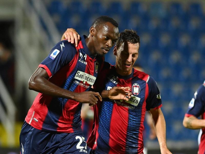 Simy (l.) brachte Crotone gegen Juventus per Elfmeter inFührung. Foto: Francesco Mazzitello/LaPresse/AP/dpa