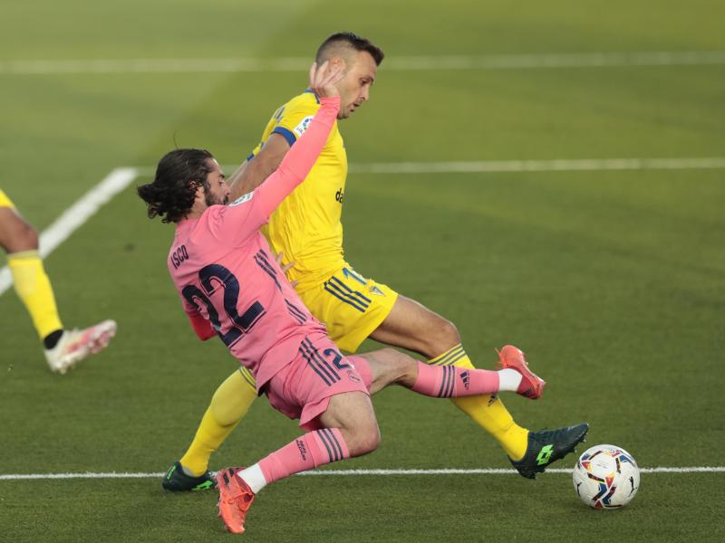 Real Madrids Isco (vorne) im Zweikampf mit dem Cádizer Juan Cala. Foto: Bernat Armangue/AP/dpa