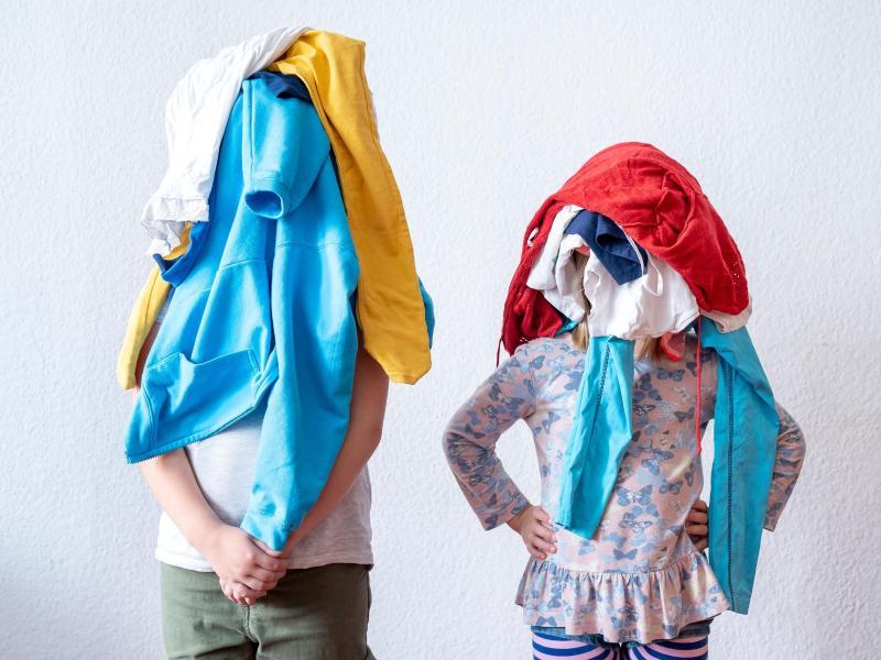 Kleider sind bei Kindern mehr als nur eine Geschmacksfrage: Oft drücken sie damit auch aus, wer sie sind. Foto: Florian Schuh/dpa-tmn