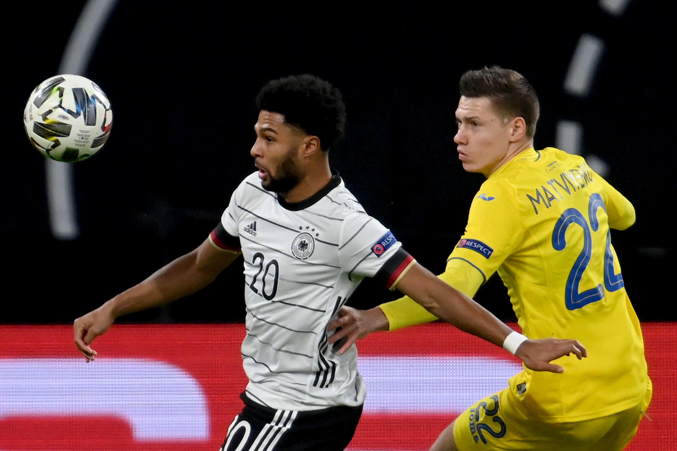 Eng am Ball: Serge Gnabry (li.) vom FC Bayern für Deutschland.