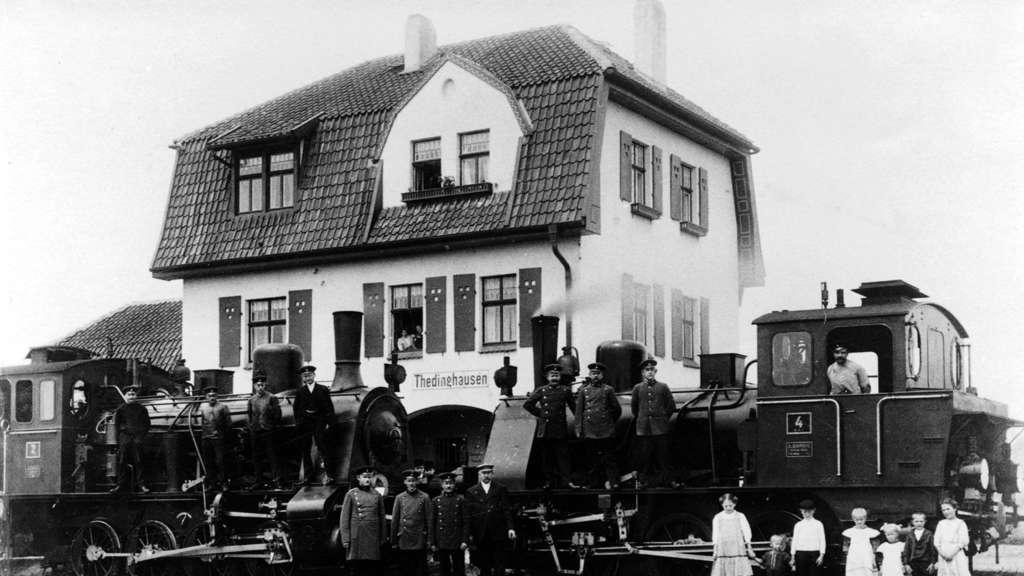 https://www.kreiszeitung.de/bilder/2020/11/18/90104810/24338891-zwei-dampfloks-zugpersonal-und-kinder-des-ortes-vor-dem-thedinghauser-bahnhof-1912-repro-wilfried-meyer-40a7.jpg