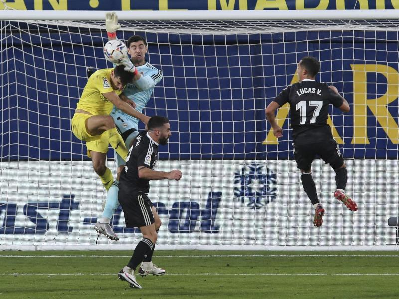 Madrids Torhüter Thibaut Courtois (M) kann in einer turbulenten Situation den Ball retten. Foto: Alberto Saiz/AP/dpa