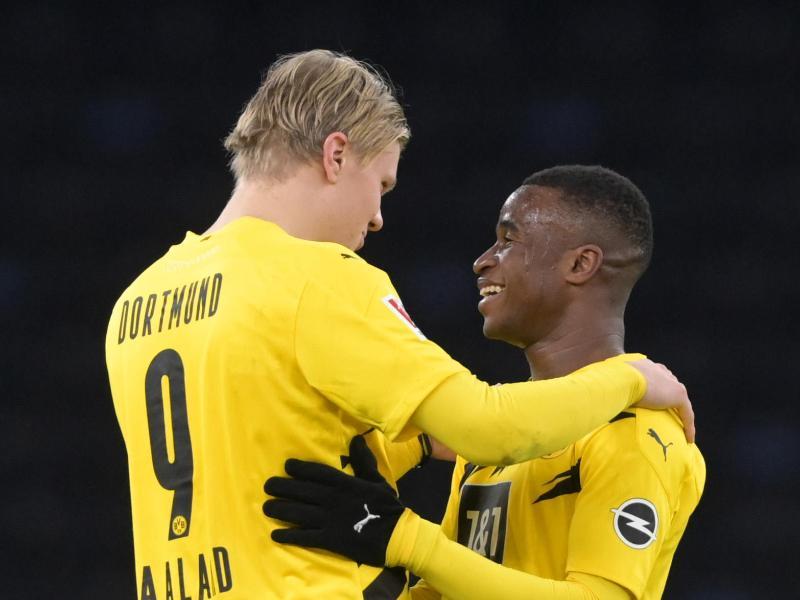 Kein Fußballer war bei seinem ersten Bundesliga-Spiel jünger: Youssoufa Moukoko (r) umarmt nach Spielende Erling Haaland. Foto: Soeren Stache/dpa-Zentralbild/dpa