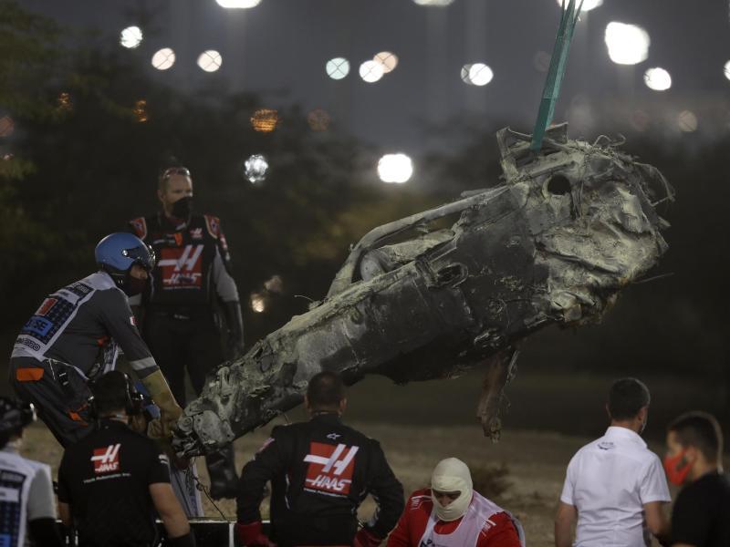 Ein Teil des verbrannten Fahrzeugswracks von Romain Grosjean wird geborgen. Foto: Tolga Bozoglu/Pool EPA/AP/dpa