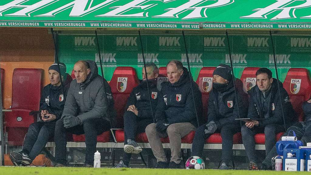 Zwei Corona-Fälle beim FC Augsburg vor dem Spiel gegen Werder-Bremen: Co-Trainer Iraklis Metaxas (Dritter von links) und Torwartcoach Kristian Barbuscak (re.).